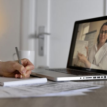PC screen with a woman teaching live